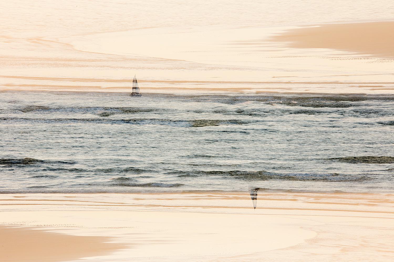 חול ים מעל סירת מפרש
