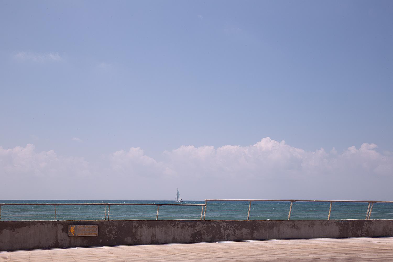 סירת מפרץ מעל למעקה. נמל תל-אביב