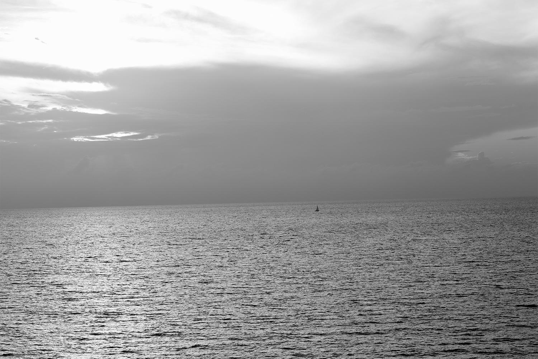 צל סירת מפרש בשחור. תל-אביב