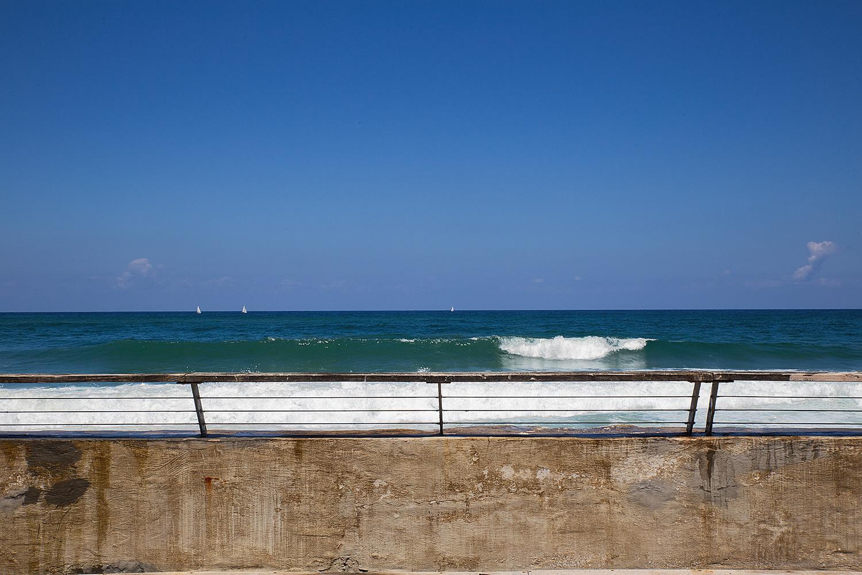 מעקה וים. נמל תל-אביב